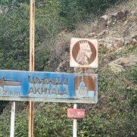 Straßenschild bei Akhtala