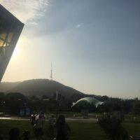 Tiflis: Seilbahntalstation Blick auf Friedensbrücke und Fernsehturm