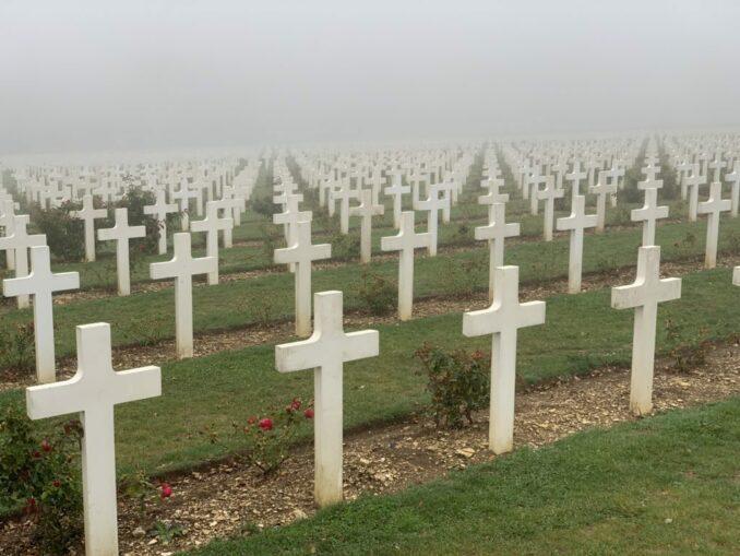 Beinhaus von Douaumont: Kreuze im Nebel