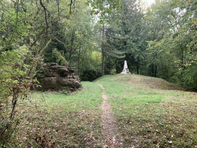 Denkmal des 3e bataillon du 74e RI und Reste eines 75 mm Geschützturmes